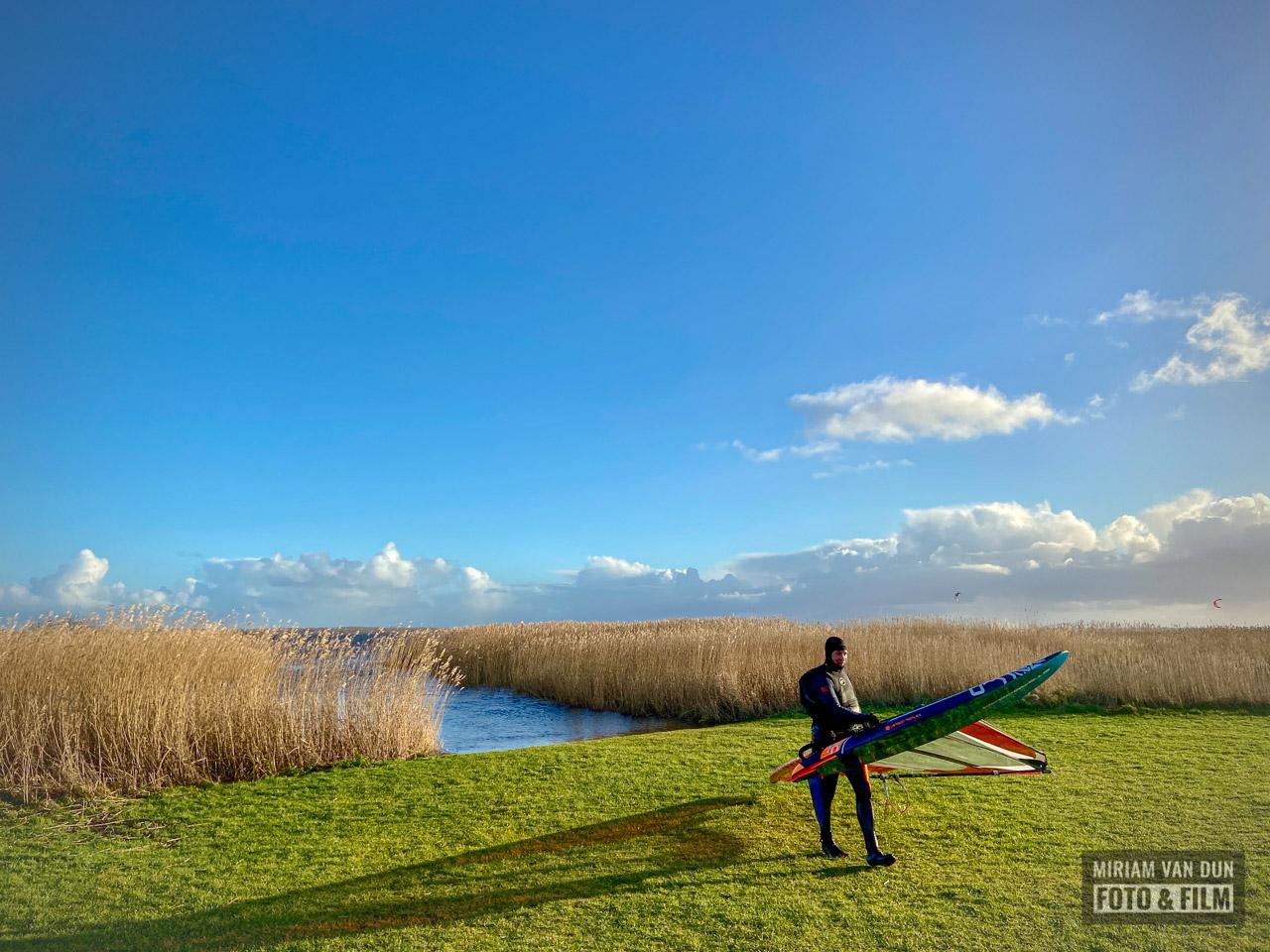 Surfer bij het Lauwersmeer