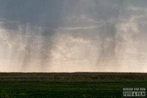 Regenbui boven het IJsselmeer